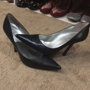 GUESS classic black pointed toe pumps EXCELLENT
